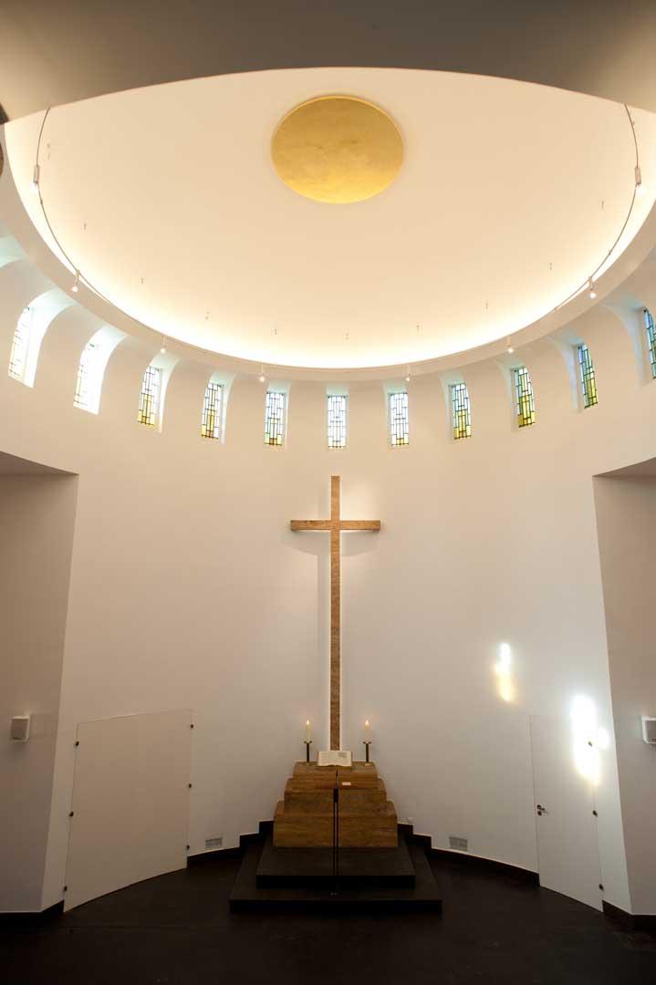 Galeriebild / Kirchengemeinde Nienstedten, Lichtplanung und Entwicklung von Sonderleuchten für die Kapelle